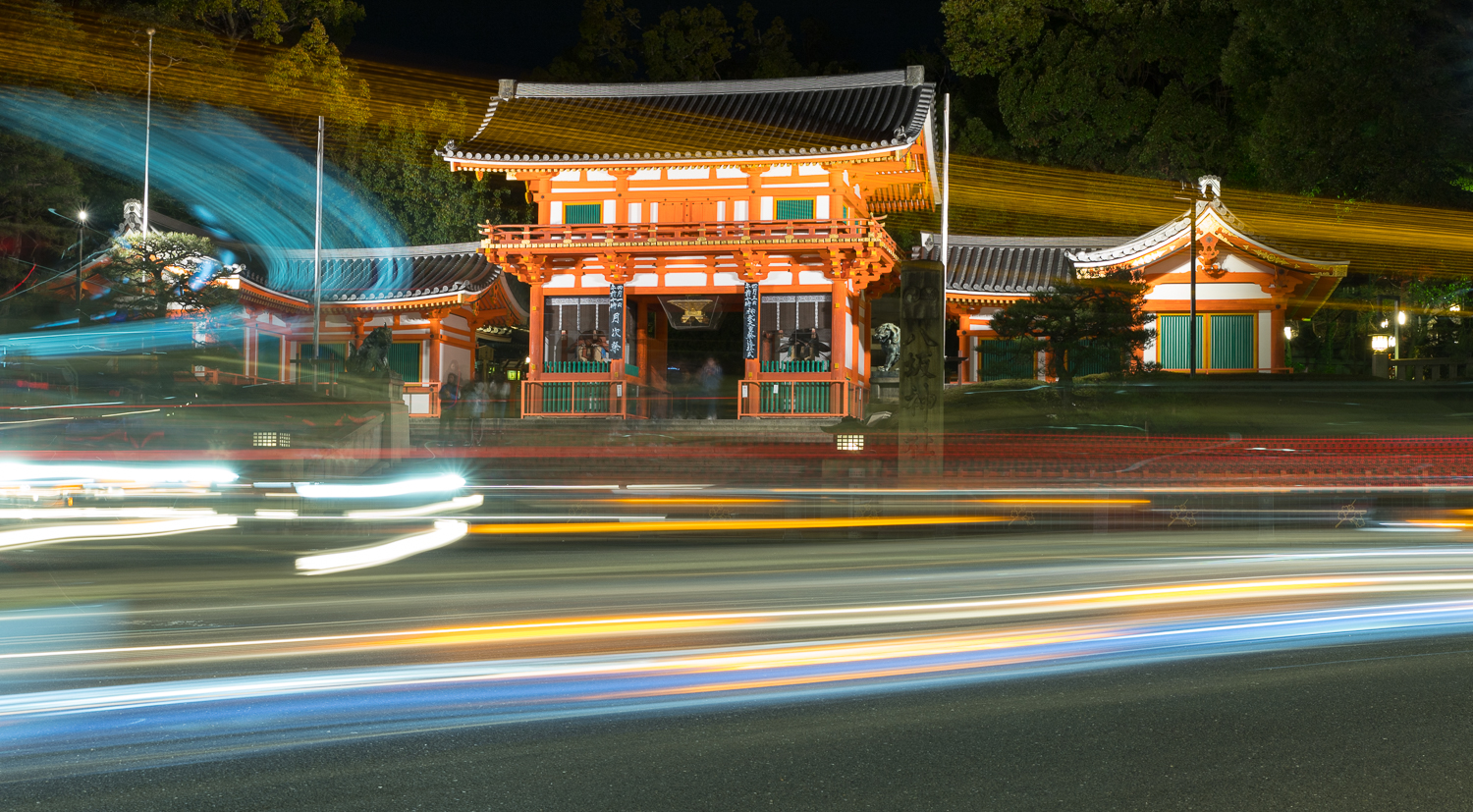 Yasaka Shrine Nishiromon Gate at night